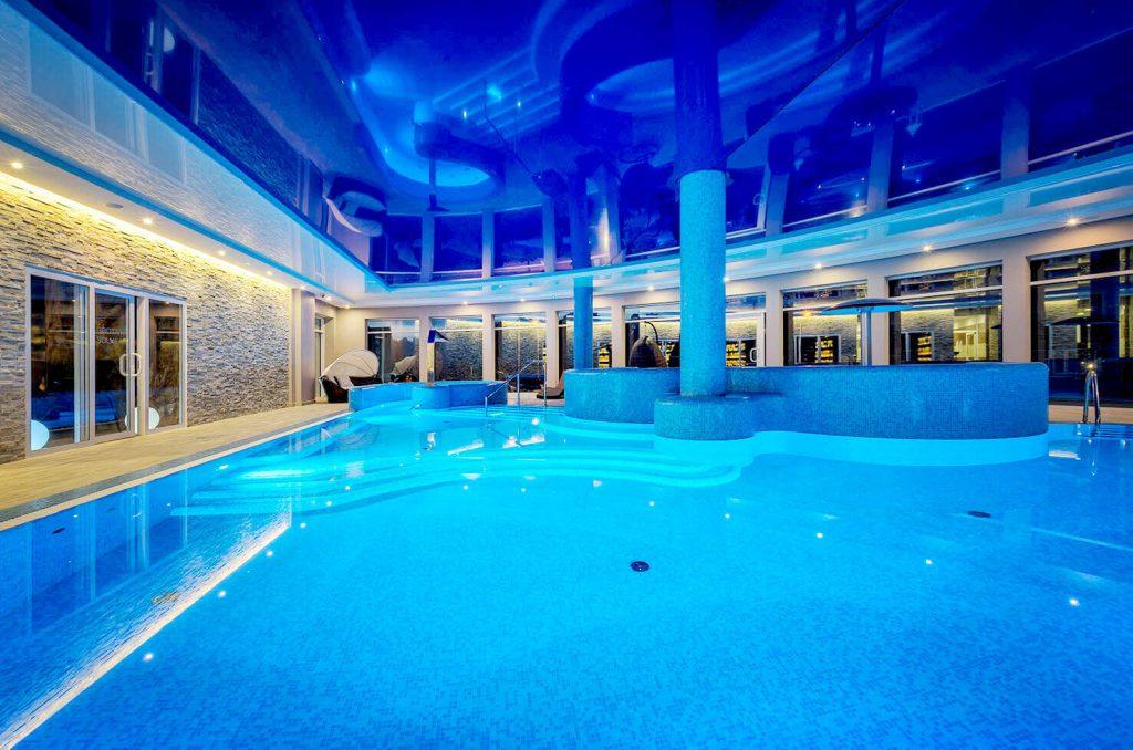 basen wewnętrzny nocą