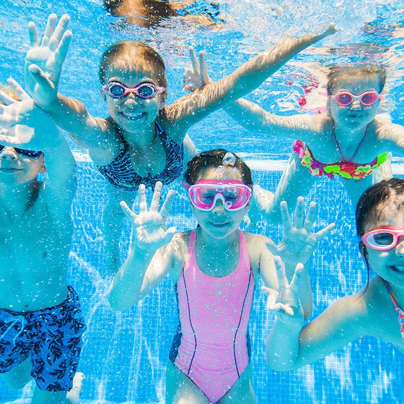 Wodne zabawy dzieci w basenie