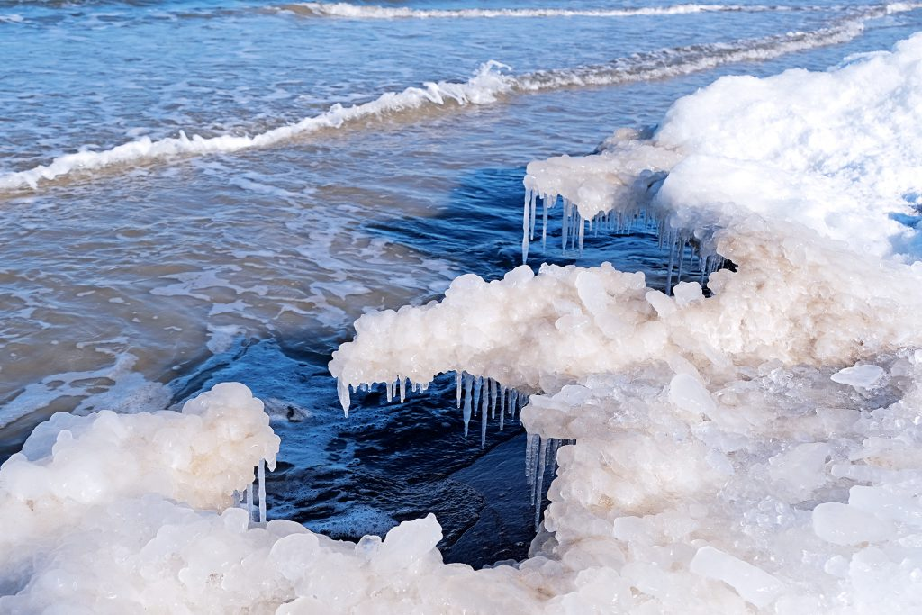 Zamarznięty Bałtyk, skute lodem morze, zima 2021
