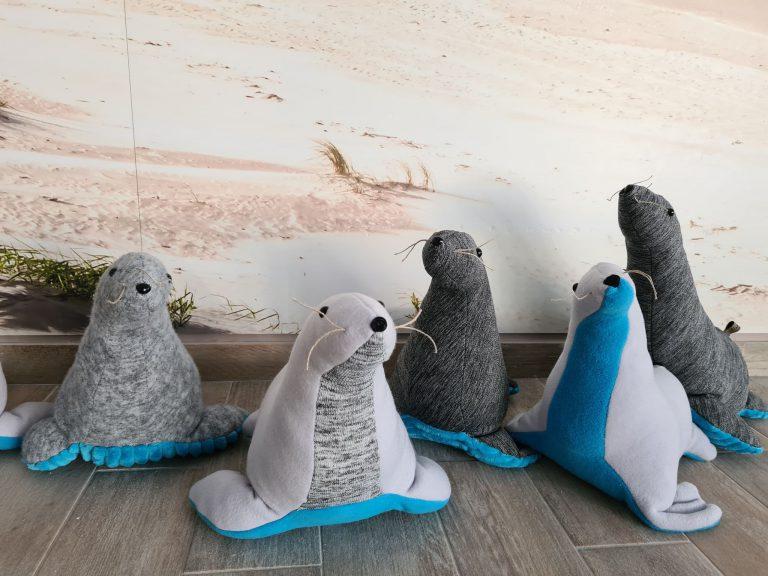 Hotelowe ręcznie robione maskotki foki