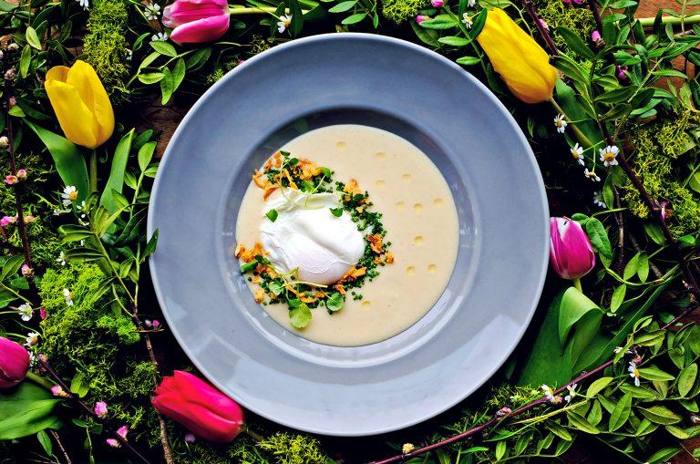 Wielkanocne przepisy: Zupa chrzanowa z jajkiem poche i prażoną cebulą